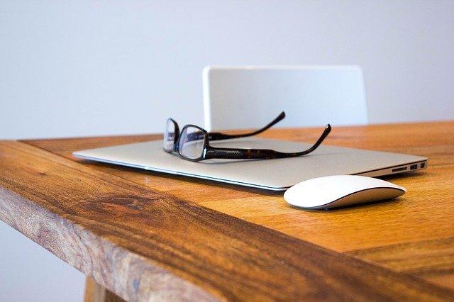 メガネとパソコン