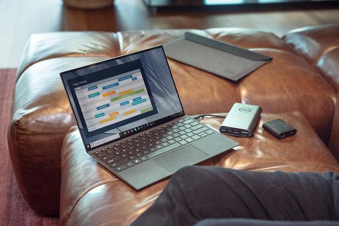 ベッドの上のパソコン