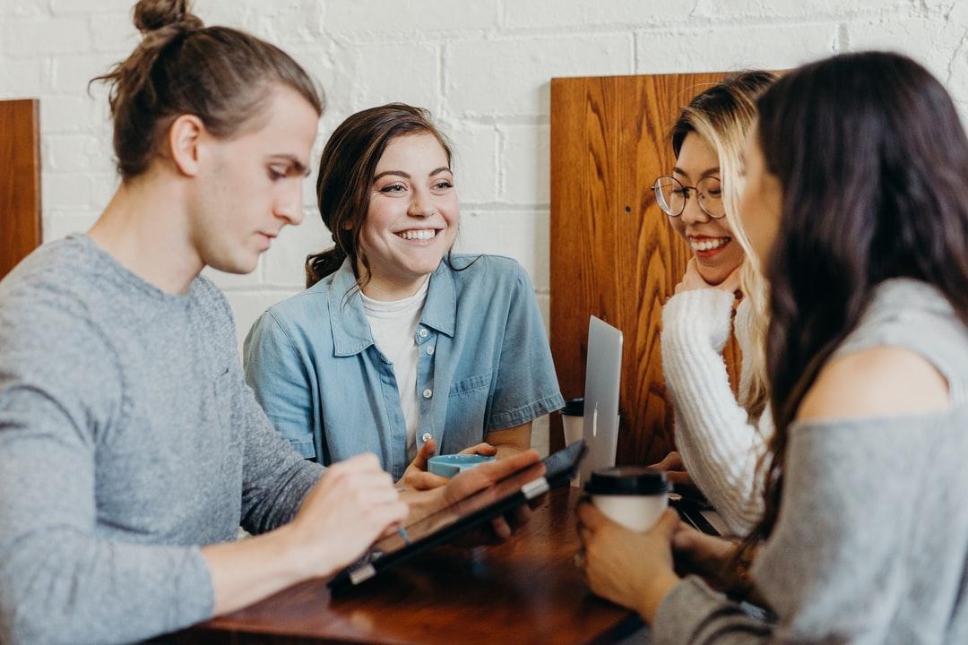 職場で会話中の人たち